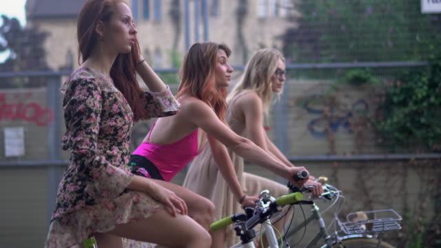 vídeos y material grabado en eventos de stock de women cycling - manillar