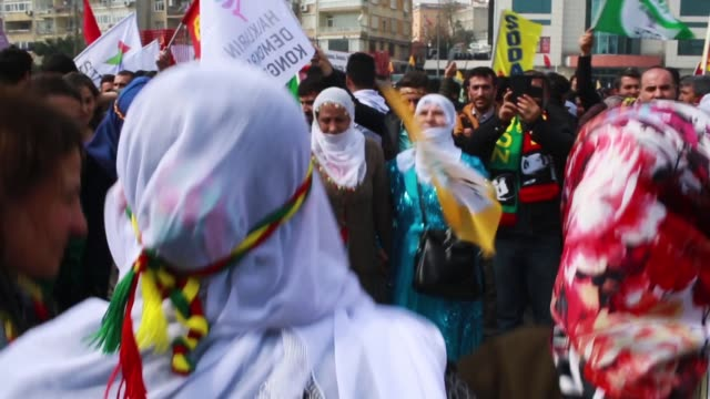 vídeos de stock, filmes e b-roll de women dance as they celebrate newroz festivities on march 21 2017 in istanbul turkey newroz is celebrated by kurdish communities around the world and... - curdo