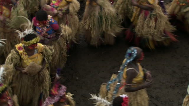 vídeos de stock, filmes e b-roll de women dance at tribal toka festival, tanna island, vanuatu - festival tradicional