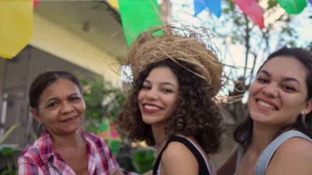 vídeos de stock, filmes e b-roll de mulheres dançando na festa junina - tradição