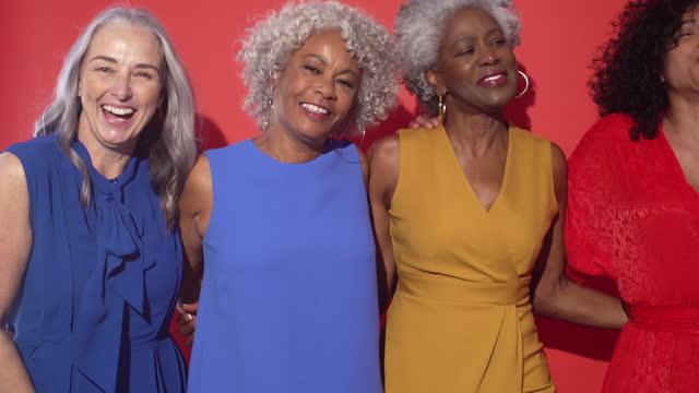 vidéos et rushes de women dancing together - 60 64 ans