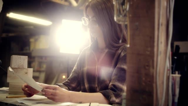 kvinnor designer arbetar drivs exoskelett projektet i trä workshop - middle eastern ethnicity bildbanksvideor och videomaterial från bakom kulisserna