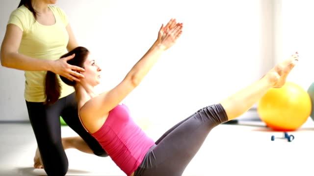 Frauen tun Bauch Übungen.