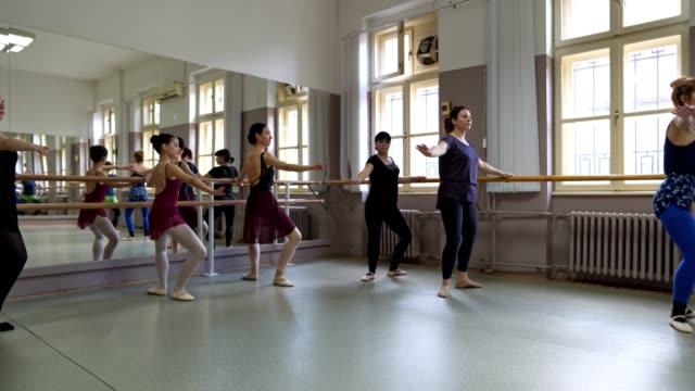 vídeos de stock, filmes e b-roll de mulheres que fazem a prática do bailado - bailarina