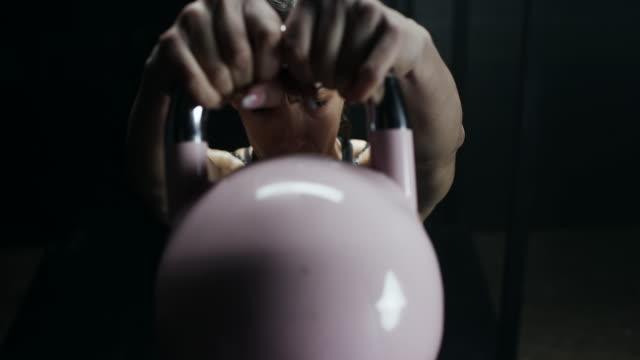 Vrouwen doen oefening met de kettlebell