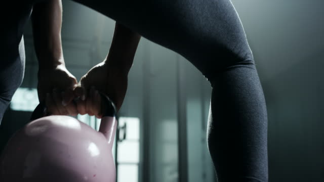 vídeos de stock e filmes b-roll de women doing exercise with kettlebell - perfeição