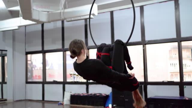 frauen, die gymnastikübungen auf dem reifen machen - akrobat stock-videos und b-roll-filmmaterial