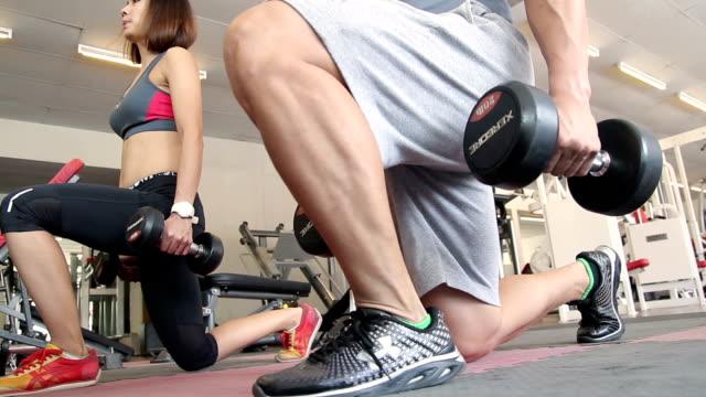 Frau tun Bein Übungen mit trainer