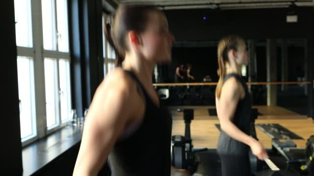 frauen tun training mit springseile in turnhalle - 10 sekunden oder länger stock-videos und b-roll-filmmaterial