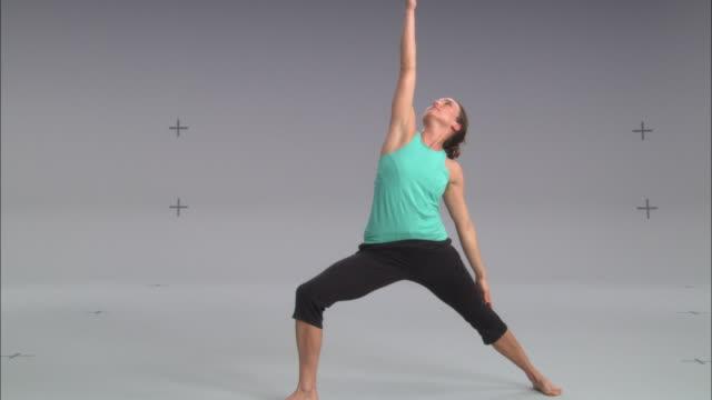 ws zi zo women doing yoga on white stage / portland, oregon, usa - auf einem bein stock-videos und b-roll-filmmaterial