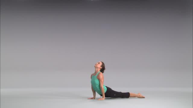 ws women doing yoga on white stage / portland, oregon, usa - auf einem bein stock-videos und b-roll-filmmaterial