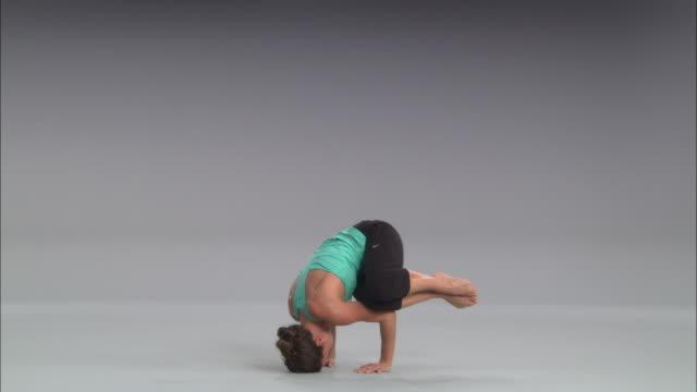 stockvideo's en b-roll-footage met ws women doing yoga on white stage / portland, oregon, usa - benen gespreid