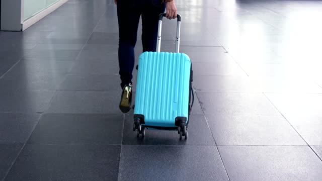 在機場拖著行李的婦女 - 背囊 個影片檔及 b 捲影像