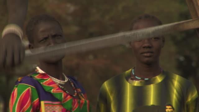 vidéos et rushes de women drawing water in south sudan - guerre civile
