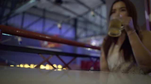 kvinnor som dricker öl och använda smartphone - ölglas bildbanksvideor och videomaterial från bakom kulisserna