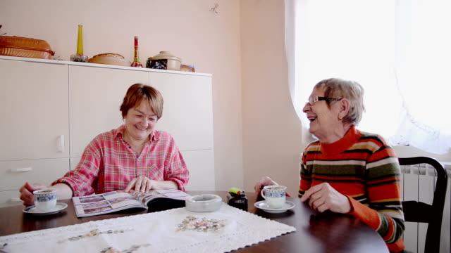 vidéos et rushes de femme buvant un café - jeune d'esprit
