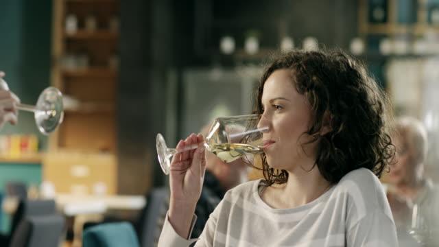 Frauen trinken Wein am Tag im restaurant