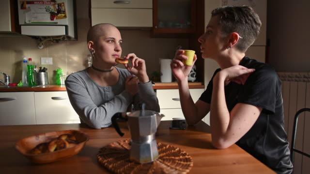 vidéos et rushes de women during coffee break in kitchen - produit de restauration rapide