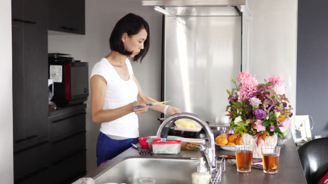 women during cooking - domestic kitchen stock-videos und b-roll-filmmaterial