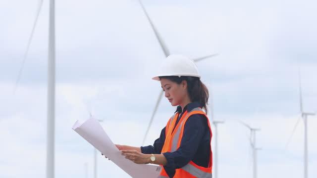 風力タービン農場で現場で働く女性エンジニア - cable点の映像素材/bロール