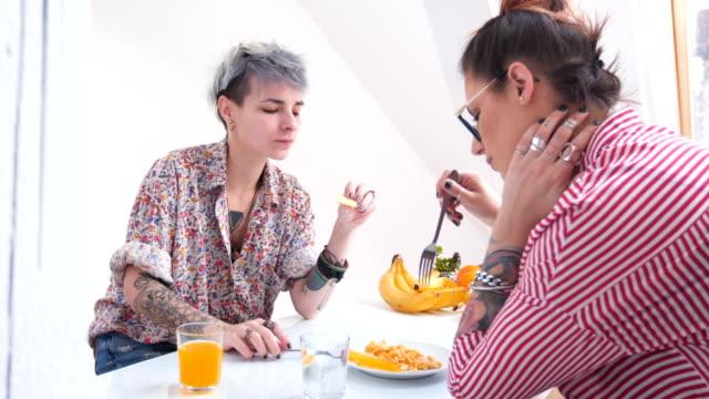 vidéos et rushes de femmes appréciant leur petit-déjeuner - image saisie sur le vif