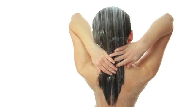 vidéos et rushes de femme dans la douche - faire sa toilette