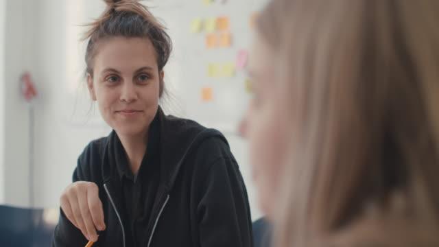 women exchanging ideas - geschäftsgründung stock-videos und b-roll-filmmaterial
