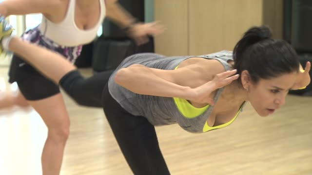 women exercise in gym class with trainer on august 22 2013 in new york new york - hampelmannsprung stock-videos und b-roll-filmmaterial