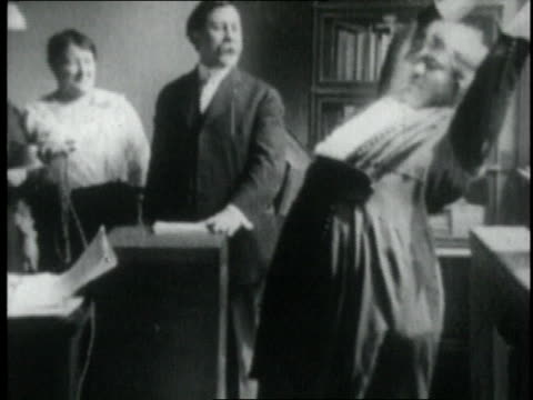 vidéos et rushes de 1921 montage women exercising at a weight loss camp / chicago, illinois, united states - homme dans un groupe de femmes