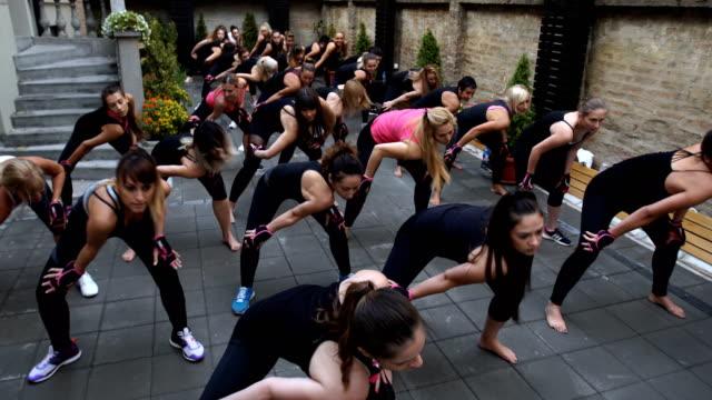 vídeos y material grabado en eventos de stock de mujeres haciendo ejercicio juntos - aeróbic
