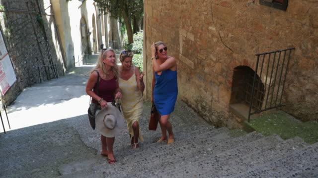 vídeos y material grabado en eventos de stock de mujeres explora volterra - despedida de soltera