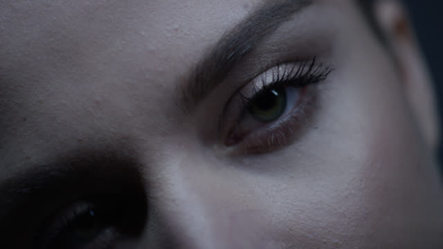 frauen auge. mode-video. make-up. zeitlupe - wimper stock-videos und b-roll-filmmaterial