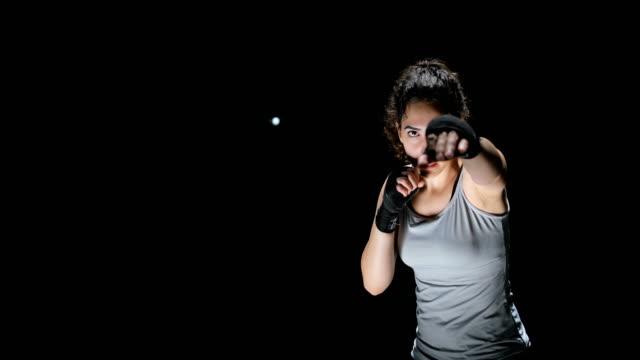 frau kämpfer punching nahaufnahme - faustschlag stock-videos und b-roll-filmmaterial