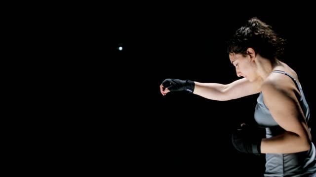 frau kämpfer punching nahaufnahme - boxen sport stock-videos und b-roll-filmmaterial