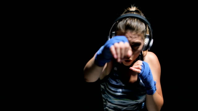 stockvideo's en b-roll-footage met vrouwen fighter ponsen close up - agressie