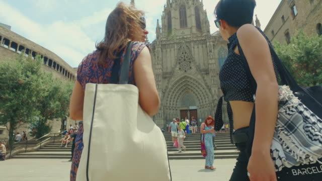 夏のバルセロナでの女性の友人 - ゴシック地区点の映像素材/bロール
