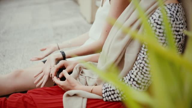 freundinnen entspannen auf der terrasse - klatsch stock-videos und b-roll-filmmaterial