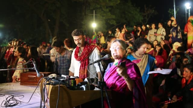 women from all walks of life hold a candle light vigil on the central shaheed minar premises just after midnight to mark the international women's... - internationaler frauentag stock-videos und b-roll-filmmaterial