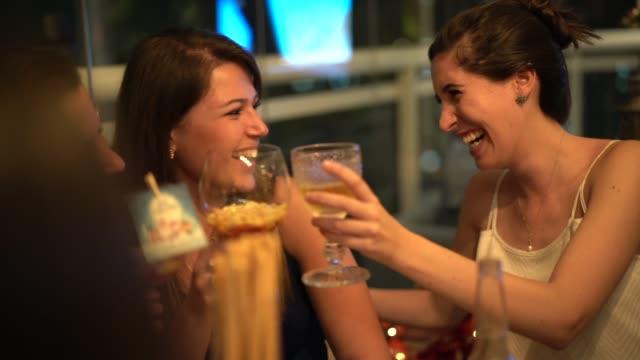 vídeos y material grabado en eventos de stock de las mujeres se unen para disfrutar de una cena agradable - de origen español o portugués