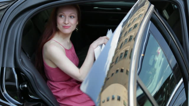 stockvideo's en b-roll-footage met  ms women getting out of limo / nyc, new york, united states - uitstappen