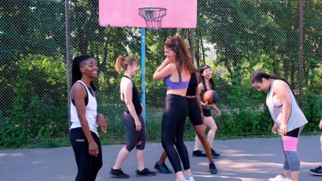 vidéos et rushes de femmes donnant le haut-cinq après le match de basket-ball - streetball