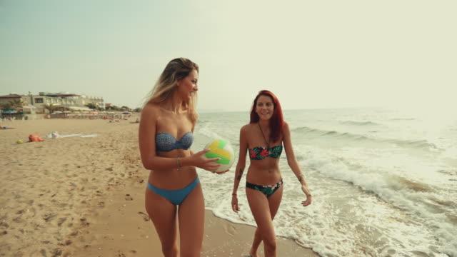 Frauen Strand spielen Volleyball und Spaß haben