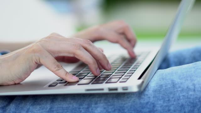 stockvideo's en b-roll-footage met de handen van de vrouwen typen op het toetsenbord van de laptop, close-up - menselijke arm
