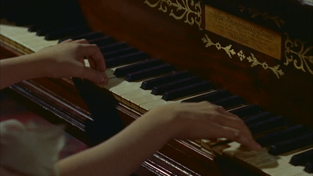 cu women hands playing piano - ピアノ点の映像素材/bロール