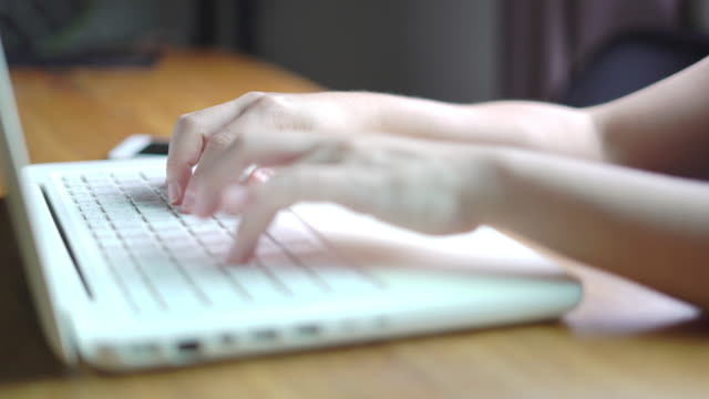 vídeos de stock, filmes e b-roll de mãos femininas usando laptop em casa. - só uma mulher de idade mediana