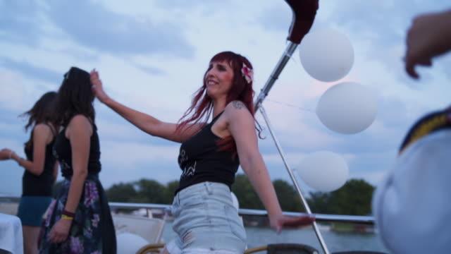 vídeos y material grabado en eventos de stock de mujeres que se divierten en una fiesta de despedida de soltera - despedida de soltera