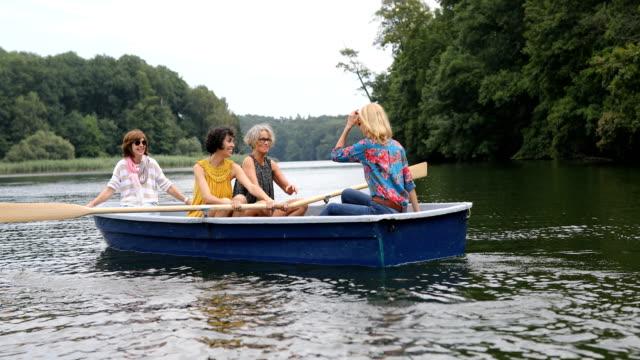 在船上旅行的女人玩得開心 - 少於10秒 個影片檔及 b 捲影像