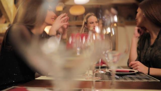 vidéos et rushes de femmes ayant bon moment après le travail - rouge à lèvres rouge
