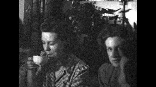 1933 women having tea - ティーカップ点の映像素材/bロール