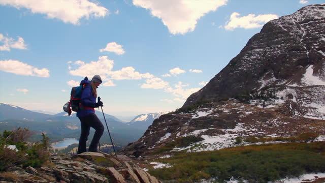 vídeos y material grabado en eventos de stock de women hiking in the colorado rockies near a alpine lake - artículo de montañismo